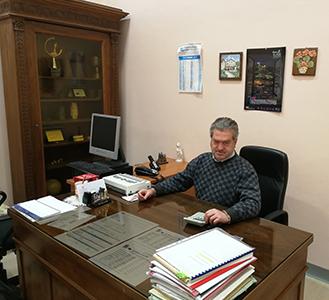 Gianni alla sua scrivania di Preside