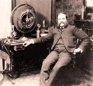 John Worrell Keely davanti al motore a vibrazione animica di sua invenzione