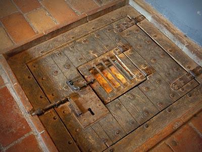 Botola della cella sotterranea in cui fu segregato Cagliostro