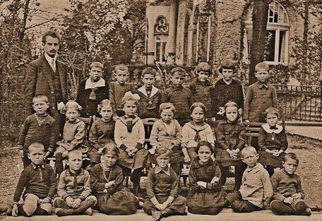 La prima classe della prima scuola Waldorf a Stoccarda nel 1920 con l'insegnante Robert Killian
