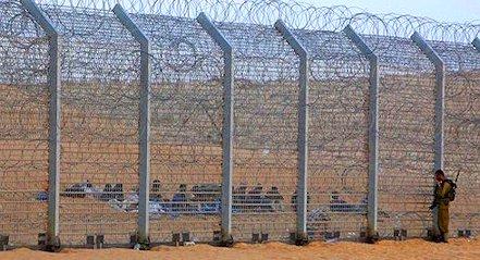 Un recinto di filo spinato fra Israele e la Palestina