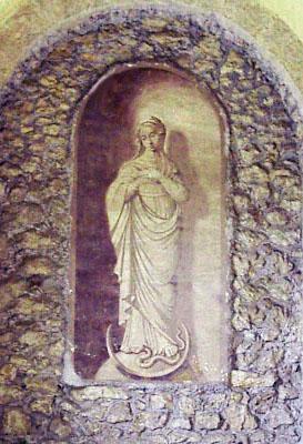 Portico di ingresso chiesa di Sant'Erasmo Quadro della Vergine, a effetto rilievo, con ai piedi la luna il serpente