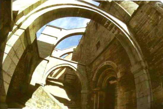 Scalinata che porta alla chiesa in cima alla Sacra