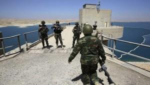 Soldati sulla diga di Mossul