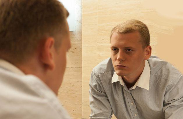 Uomo allo specchio