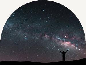 Uomo sotto il cielo stellato