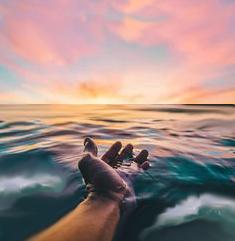 acqua del mare in una mano