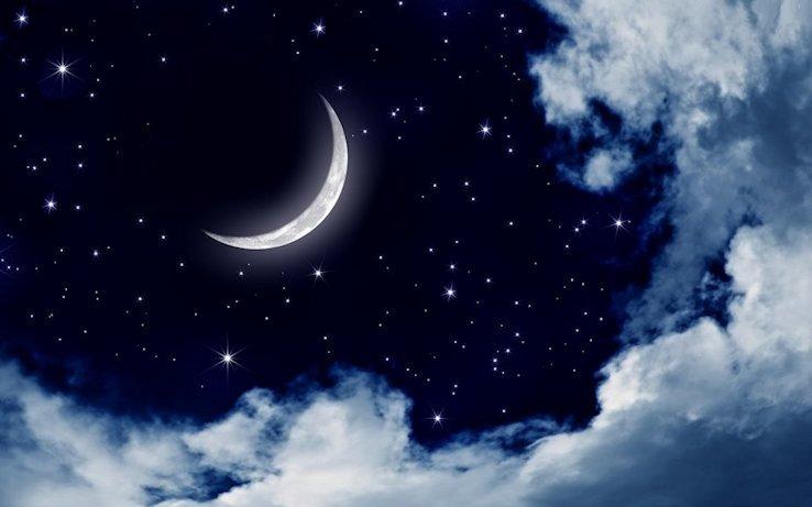 Cielo stellato dietro le nuvole